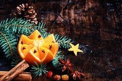 Julferieapelsin på träplattformen Royaltyfri Fotografi