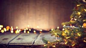 Julferiebakgrund med den dekorerade julgranen Arkivbilder