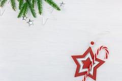 Julferiebakgrund med den gröna granträdfilialen, decorat royaltyfri bild