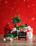 Julferiebakgrund med jultomten och garneringar Jul landskap med gåvor och snöar Glad jul och lycklig ny ye royaltyfri bild