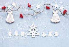 Julferiebakgrund med trädfilialer, röda bär royaltyfri fotografi