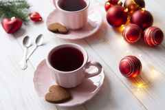 Julferiebakgrund med två kopp te och kakor fotografering för bildbyråer