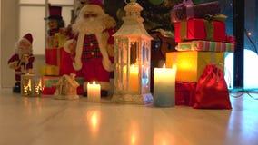 Julferiegåvor och prydnader under träd lager videofilmer