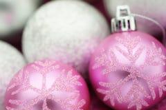 Julferiegarnering i rosa färger och silver Fotografering för Bildbyråer