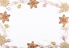 Julferiesammansättning Festlig idérik guld- modell, för dekorferie för xmas guld- boll med bandet, snöflingor royaltyfria bilder