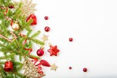 Julferiesammansättning Festlig idérik modell, för dekorferie för xmas röd boll med bandet, snöflingor, julträd på wh Fotografering för Bildbyråer