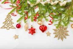 Julferiesammansättning Festlig idérik modell, för dekorferie för xmas röd boll med bandet, snöflingor, julträd på wh royaltyfri bild