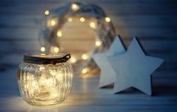 Julferiesammansättning med den ljusa ljusa girlanden royaltyfria foton