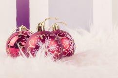 Julfestivalgarnering med den röda prydnadbollen på den fluffiga vita filten Royaltyfri Fotografi