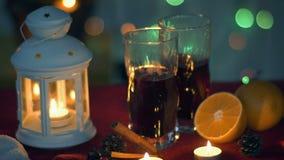Julfilial och klockor Varmt funderat vin och lykta för nytt år stock video