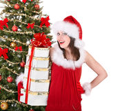 Julflicka i ask för gåva för santa innehavbunt. Royaltyfria Foton