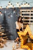 Julflicka i inre med stearinljus och ljus Royaltyfria Foton