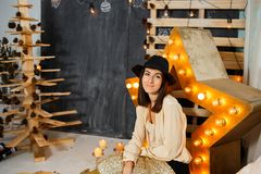 Julflicka i inre med stearinljus och ljus Royaltyfri Fotografi