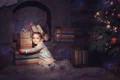 julflicka little present Arkivfoto