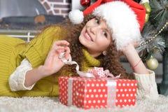 julflicka little present fotografering för bildbyråer