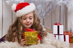 julflicka little present Royaltyfri Bild