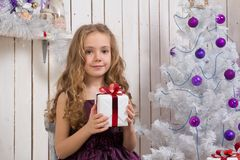 julflicka little present Arkivbild