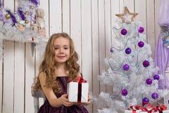 julflicka little present Royaltyfri Fotografi
