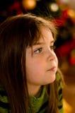 julflicka little som väntar Arkivbild