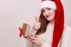 Julflicka med den lilla gåvan Arkivbilder