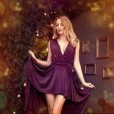 Julflicka med den purpurfärgade modeklänningen inom arkivbilder
