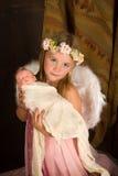 Julflicka med dockan Royaltyfria Foton
