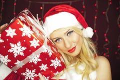 Julflicka med gåva Royaltyfria Bilder