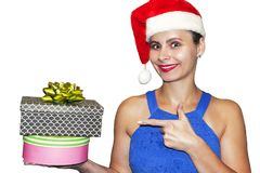 Julflicka med gåvaasken i hatt av Santa Claus Punkter för ung kvinna till Xmas-gåvor som isoleras på vit bakgrund Arkivfoto