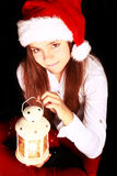 Julflicka med lightinglyktan över dark royaltyfri foto