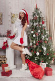 julflicka santa Härlig le kvinnamodell med långt lockigt Arkivfoton