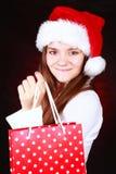 Julflicka som rymmer aktuella påsar Arkivfoton
