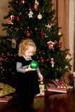 julflicka som rymmer little ornamet Royaltyfria Bilder