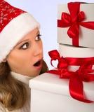 julflicka som rymmer många presents Royaltyfria Foton