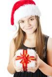 Julflicka som rymmer presenten isolerad över white arkivfoton