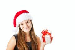 Julflicka som rymmer presenten isolerad över white royaltyfri bild