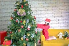 Julflickan dekorerar julgranen Ungar dekorerar lyckliga barn f?r Xmas-tr?dtr?d lyckligt nytt ?r ?ppna f?r barn royaltyfria bilder