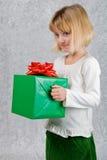 julflickan rymmer aktuellt barn arkivfoto
