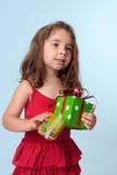 julflickan som rymmer little, presenterar Arkivfoto