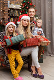 Julfoto av den lyckliga familjen royaltyfri fotografi