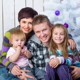 Julfoto av en lycklig familj Royaltyfria Foton
