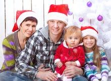 Julfoto av en lycklig familj royaltyfri bild