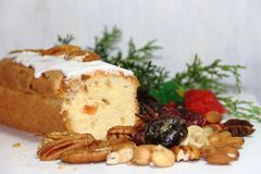 Julfruktbudin med torkade och glasade frukter och söta ingredienser royaltyfria bilder