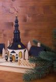 Julfyr med granfilialen och lantlig träbakgrund Arkivfoto