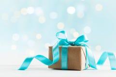 Julgåva eller närvarande ask mot turkosbokehbakgrund letters amerikansk för färgexplosionen för kortet 3d ferie för hälsningen fö arkivbild