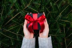 Julgåva i händer royaltyfri fotografi