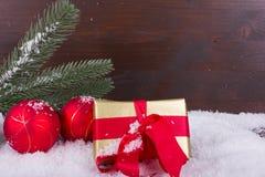 Julgåva med det röda bandet i snö Royaltyfri Bild