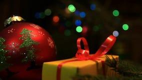 Julgåva och kulör girland stock video