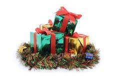 Julgåva på färgrikt gräs Arkivfoto