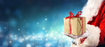 Julgåva - Santa Claus Giving Gift Box arkivfoton