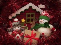 Julgåva under xmas-trädet med snögubbear Arkivfoto